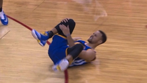 stephen curry holding knee after mcl injury in playoffs